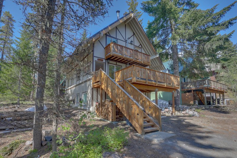 Stylish duplex-style cabin w/free WiFi, private hot tub, and grill!, holiday rental in Timberline Lodge