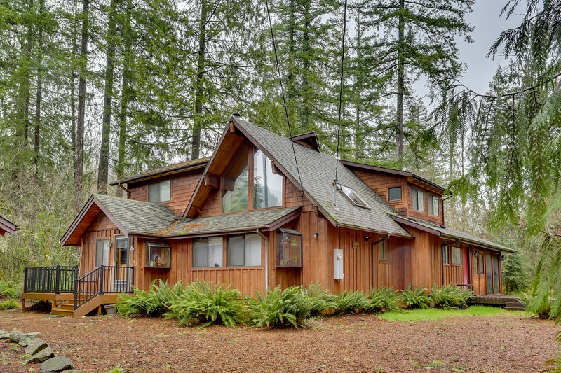 Spacious cabin w/ private hot tub, fireplace & free WiFi - near skiing - Dogs OK, vacation rental in Welches
