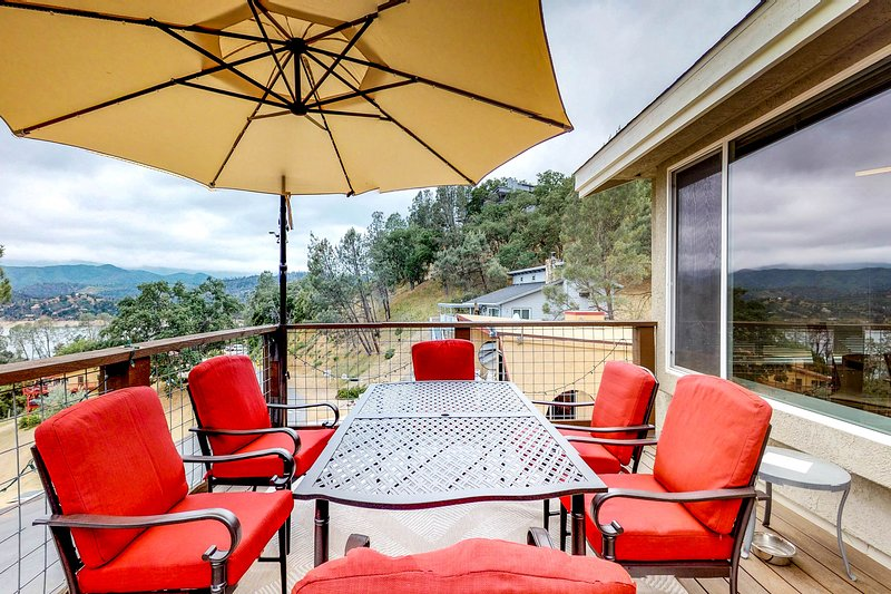 Charming and spacious home with a shared pool, free WiFi, and more!, vacation rental in Lake Nacimiento