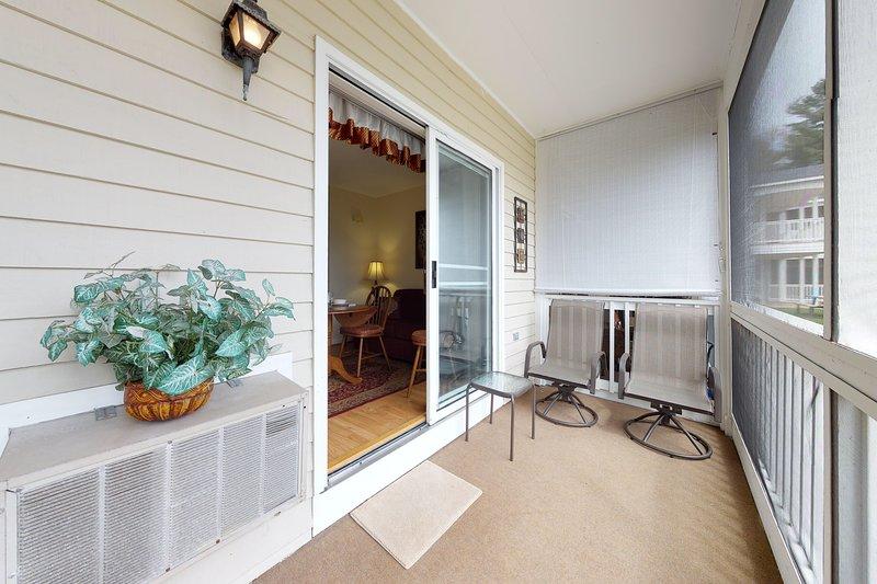 Studio condo, screened porch & seasonal pool/pool table - near beaches!, vacation rental in Wells