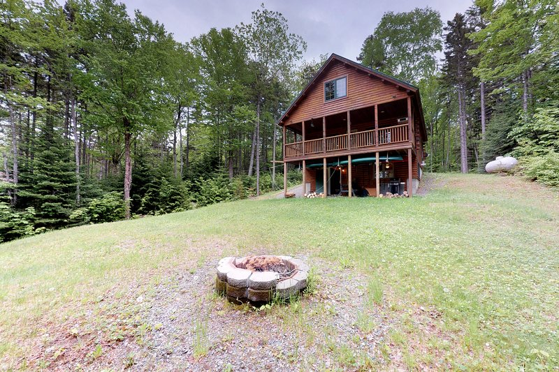 Dog-friendly log cabin with gorgeous lake views near beach & snowmobile trails!, holiday rental in Monson