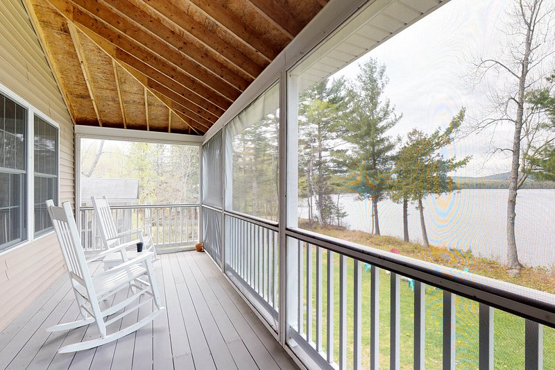 Lakefront home w/ dock & screened porch w/lovely views - dogs OK!, holiday rental in Dexter