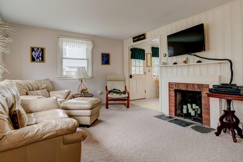 Cozy cottage w/ private deck, yard & grill - walk to Great Pond & Bristol Beach!, location de vacances à Teaticket