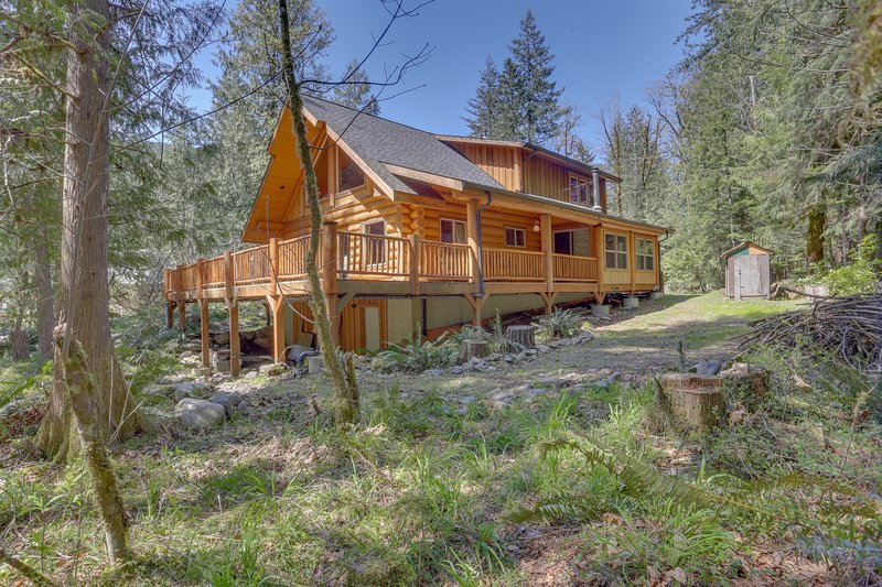 Woodland home with wraparound deck - near golf & ski slopes!, holiday rental in Zigzag