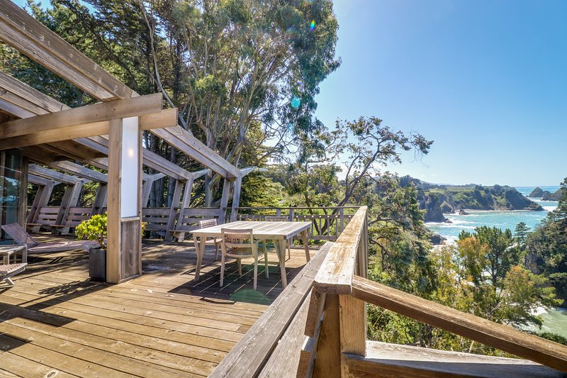 Oceanfront, blufftop home w/ incredible deck & water views - close to beaches!, holiday rental in Elk