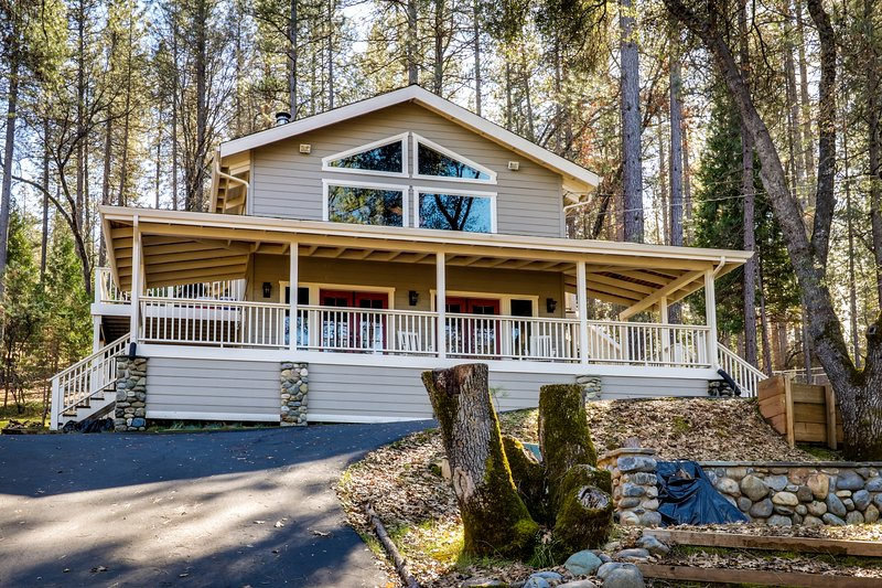 Spacious, airy home w/2 decks & shared pool - walk to Pine Mountain Lake Marina!, location de vacances à Coulterville
