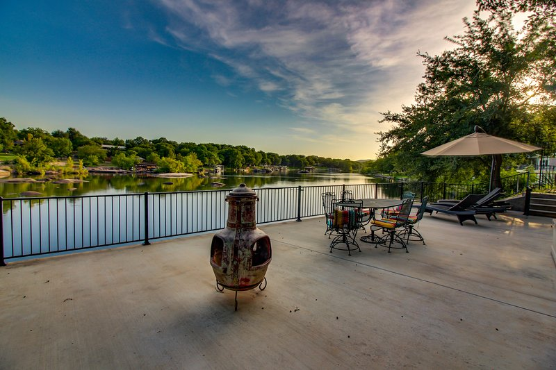Dog-friendly riverfront home w/outdoor space -kayaks available, location de vacances à Buchanan Dam