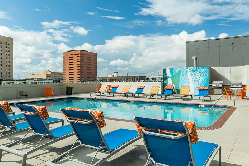High-rise apartment w/ shared pool in the heart of downtown, vacation rental in Houston