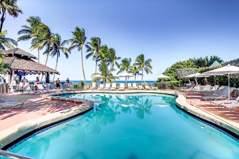 Beachfront condo with shared pool, sauna, hot tubs, fitness center, & more, holiday rental in North Bay Village