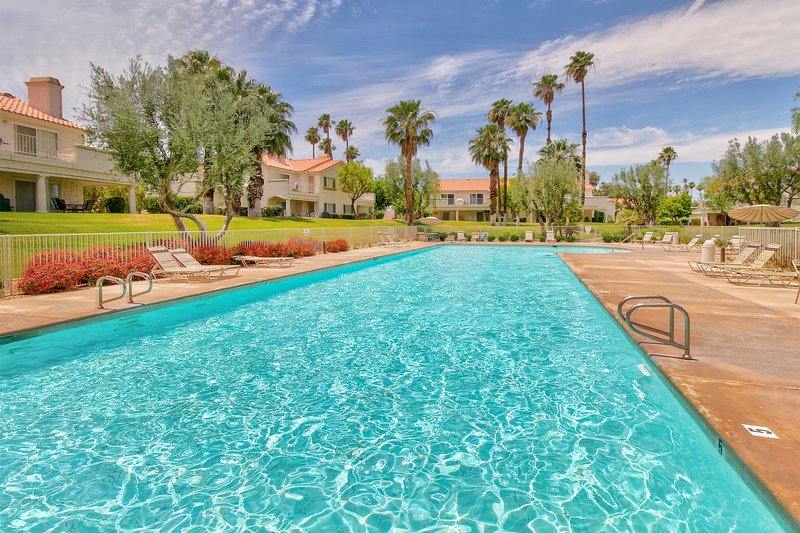 Comfortable condo w/balcony, shared pool/hot tub-minutes to golf, vacation rental in Indian Wells