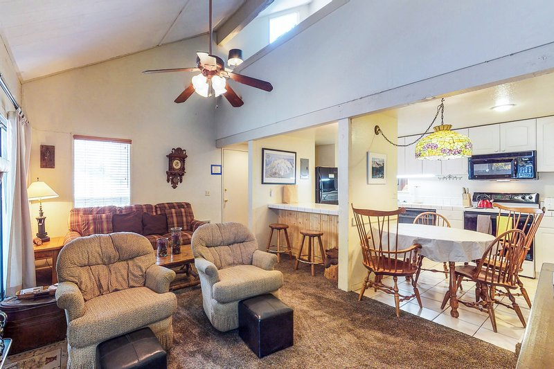 Mountain home w/shared pool, hot tub, sauna, near skiing and more Chalet in Mammoth Lakes