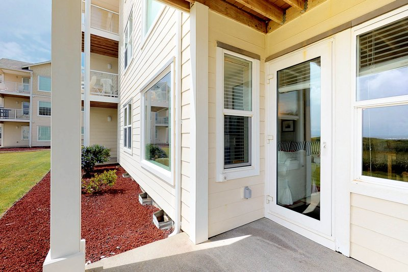 Waterfront condo w/ ocean view, shared pool and hot tub, free WiFi!, holiday rental in Westport