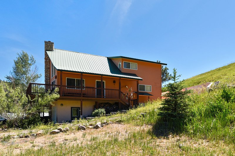 Upper duplex w/ wraparound deck & scenic views - dogs OK!, holiday rental in Pagosa Springs