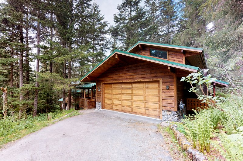 Beautiful house with custom touches, quiet location, lovely views, holiday rental in Anchorage
