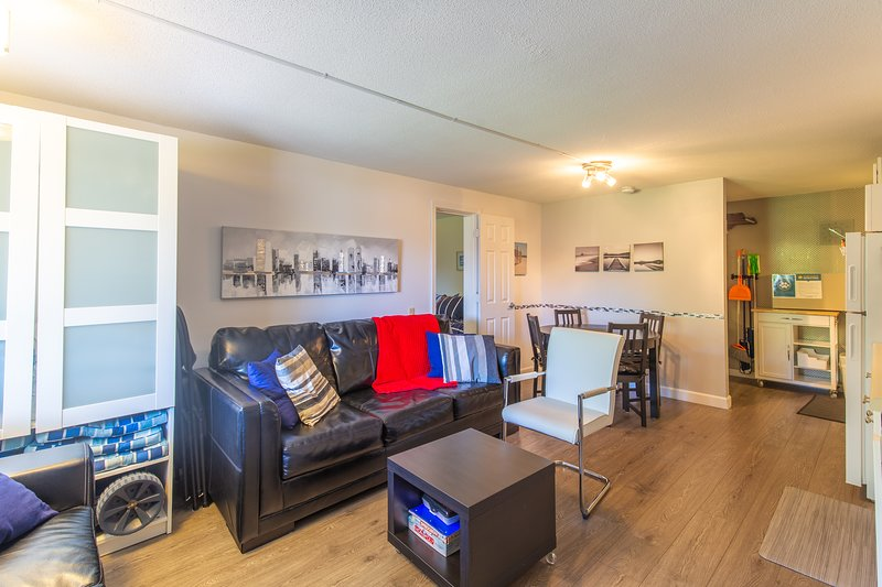 Charming condo w/ patio & shared pool and BBQ area - close to the beach!, holiday rental in North Berwick