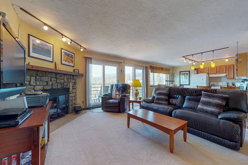 Comfy condo w/ shared pool, hot tub, sauna, & game room - near lake & slopes!, vacation rental in Wildernest