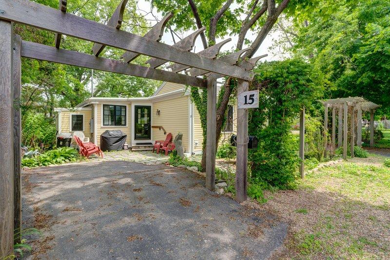 Quaint getaway w/ a full kitchen & lush yard - close to the beach & downtown, holiday rental in Cape Ann