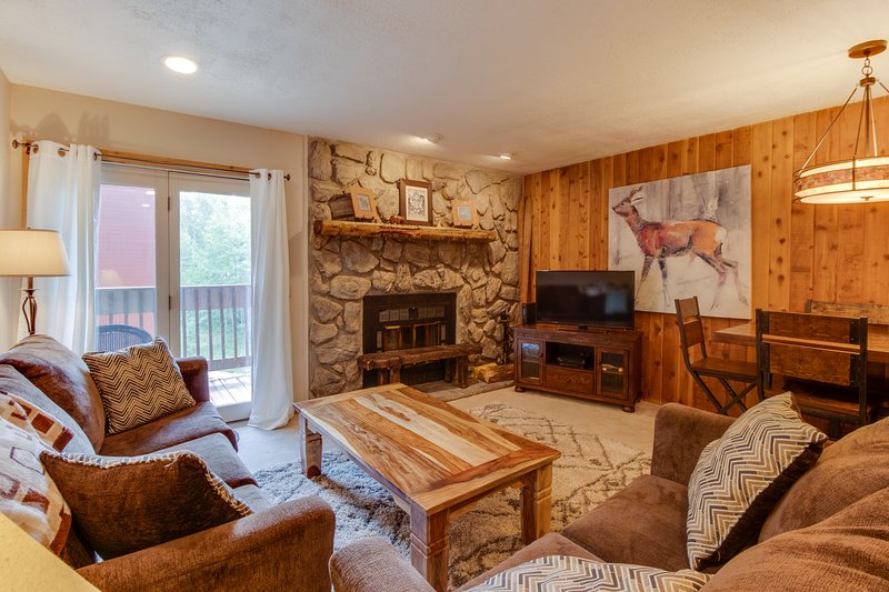 Cozy condo w/ shared hot tubs, pool, sauna, gym, and game room Chalet in Winter Park