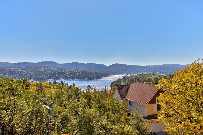 Lake view home w/ free WiFi, fireplace, & a full kitchen!, holiday rental in Green Valley Lake