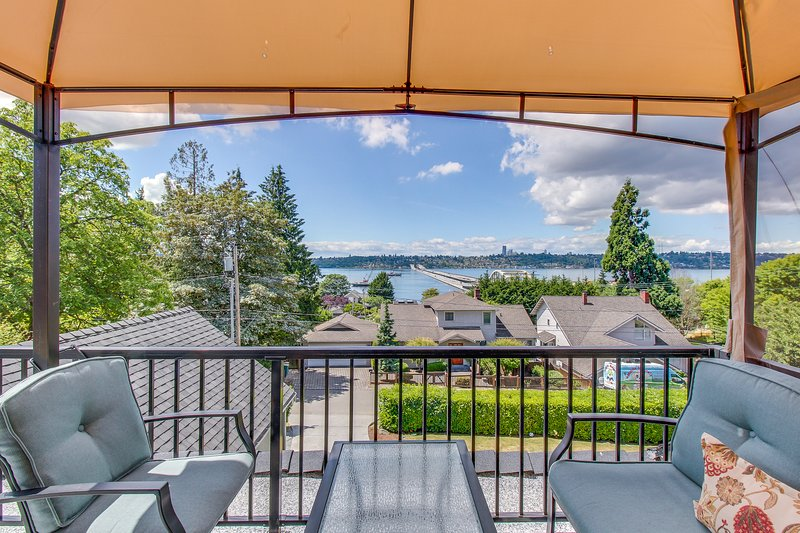 Beautiful suite w/ lake & city views, shared hot tub -near downtown, holiday rental in Newcastle