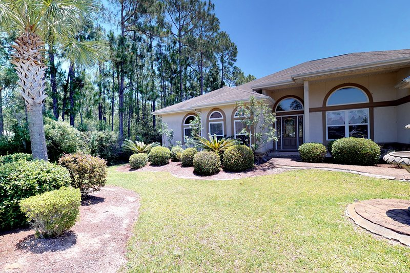 Elegant retreat near the Gulf Coast w/ a lanai, private pool, & large backyard, holiday rental in Milton