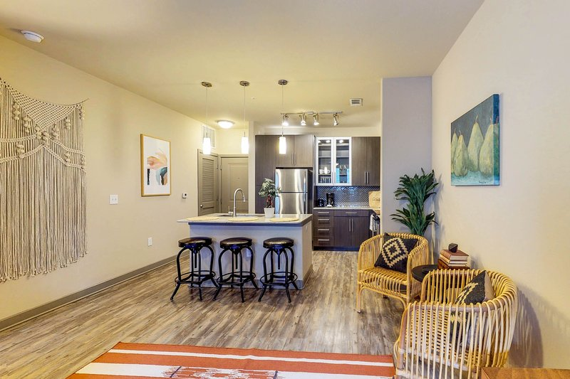Modern apartment w/ shared pool and private washer/dryer, location de vacances à Dallas