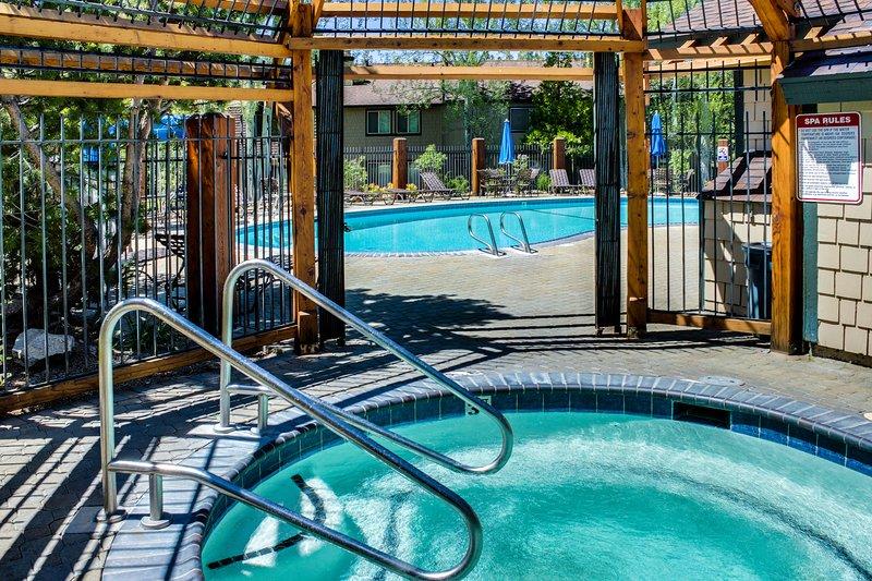 Bright condo w/shared outdoor pool, hot tub, tennis, sauna Chalet in Alpine Meadows