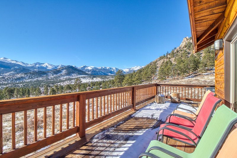 Spectacular Rocky Mountain views with a furnished deck & gas grill, holiday rental in Estes Park
