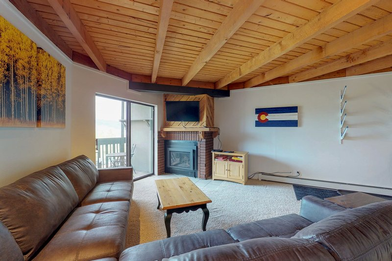 Cozy condo w/shared hot tub, pool, sauna - bus to slopes, vacation rental in Wildernest
