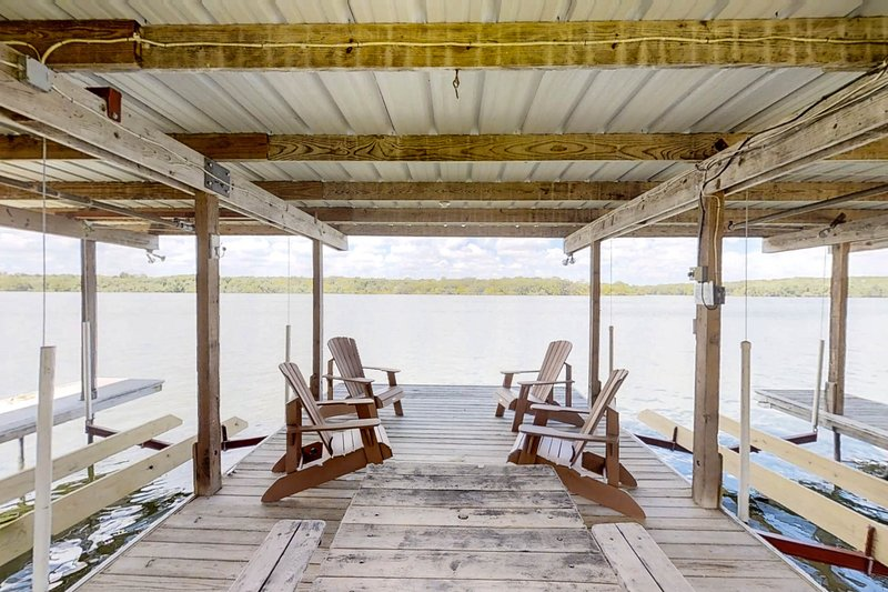 Newly-renovated, waterfront home w/ sunset views - dogs welcome!, casa vacanza a Sunrise Beach