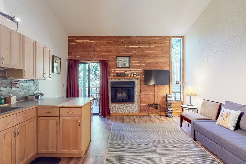 Convenient condo near the lake w/ shared pool & hot tub! Chalet in Northstar