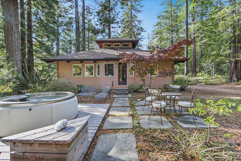 Woodland home w/ hot tub, deck, olive tree, near beach-1 dog OK, holiday rental in Anchor Bay