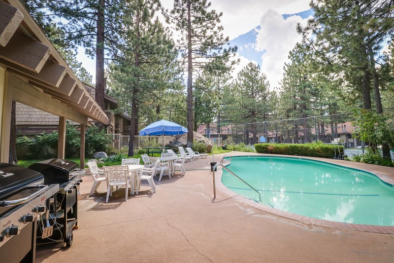 Comfy corner condo w/ shared, seasonal pool, hot tub, & rec room! Chalet in Mammoth Lakes