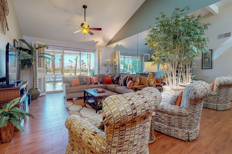 Beautifully remodeled condo on golf course w/shared pool & hot tub, vacation rental in Indian Wells