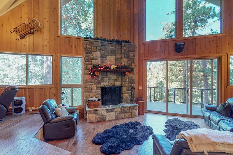 Gorgeous hillside home w/ private hot tub & game room - dogs OK!, holiday rental in Crest Park