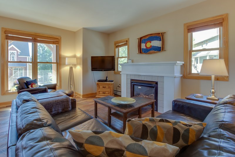 Ski-in/out from this dog-friendly townhome w/trail to town & skiing Chalet in Crested Butte