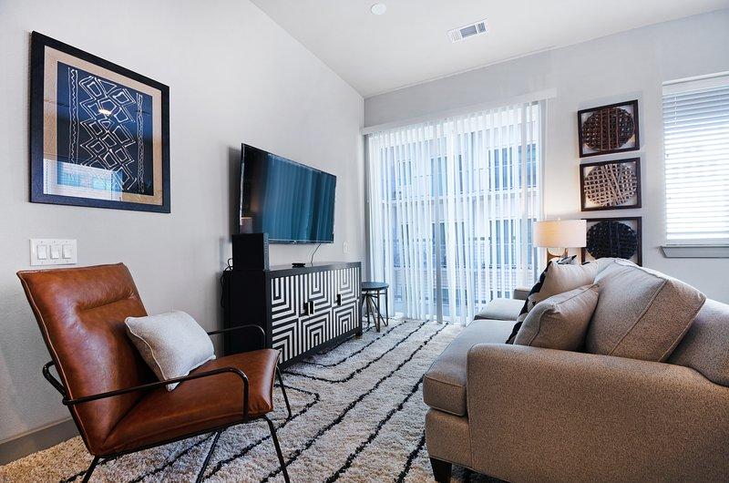 Modern downtown condo w/balcony & shared pool/gym - walk everywhere, location de vacances à Dallas