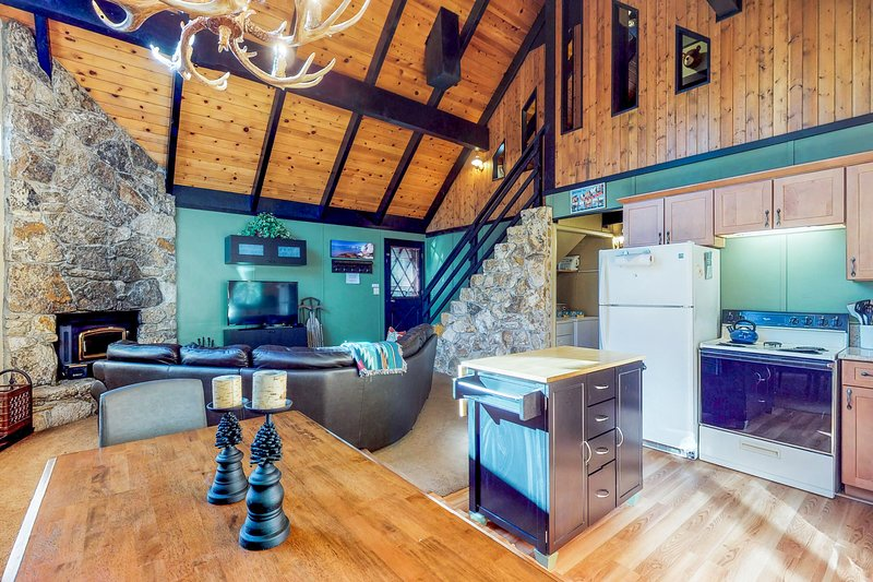 Cozy home w/fireplace, deck, and great location w/ Tahoe Park Pass!, holiday rental in Squaw Valley