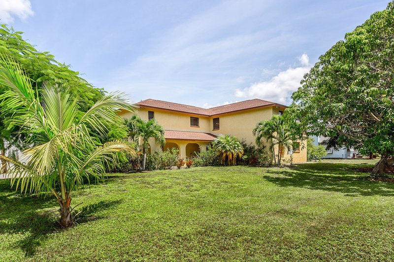 Multi-family home with two kitchens and amazing water views!, vacation rental in Bokeelia