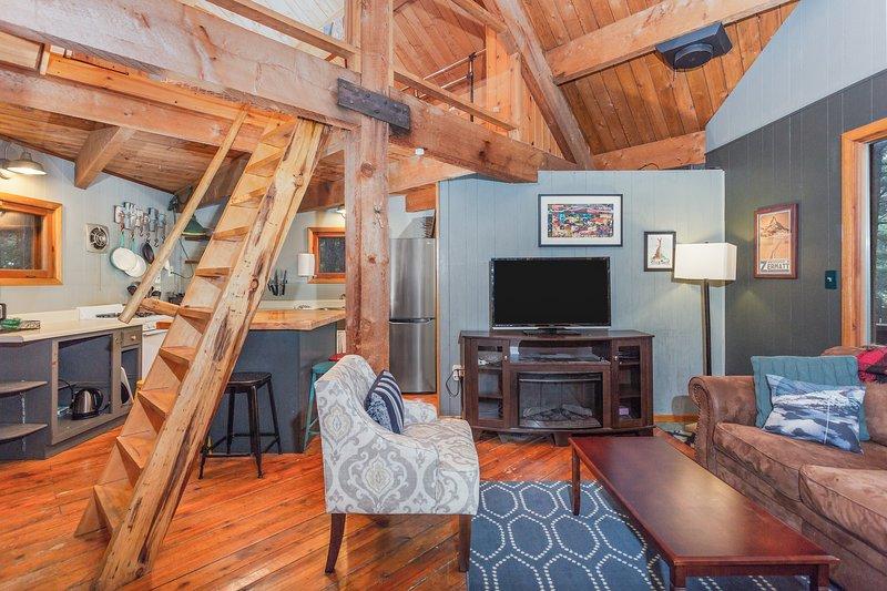 Peaceful Girdwood retreat with large deck and private hot tub!, aluguéis de temporada em Hope