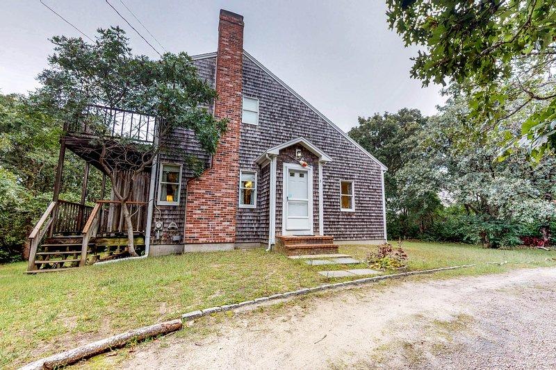 New listing! Home in a bayside neighborhood w/2 large decks-walk to beaches, Ferienwohnung in East Dennis