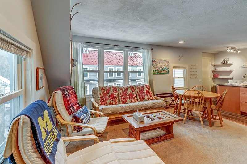 Renovated 1920s ski condo, walk to dining, on bus route to slopes!, location de vacances à Proctorsville