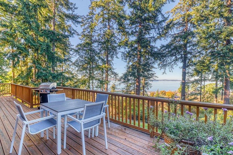 Ocean view property w/ 3 living spaces, nearby beach & stellar view, vacation rental in Oak Harbor