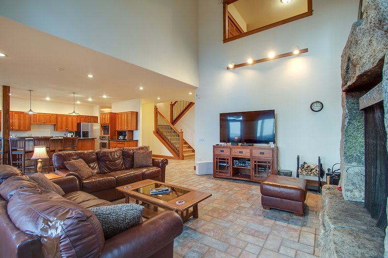 Secluded luxury home w/ fireplace, game room, and mtn/lake views!, vacation rental in Hope