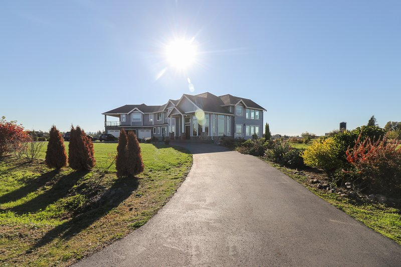NEW LISTING! Stunning modern home w/mountain views & entertainment - near lake, location de vacances à Ferndale