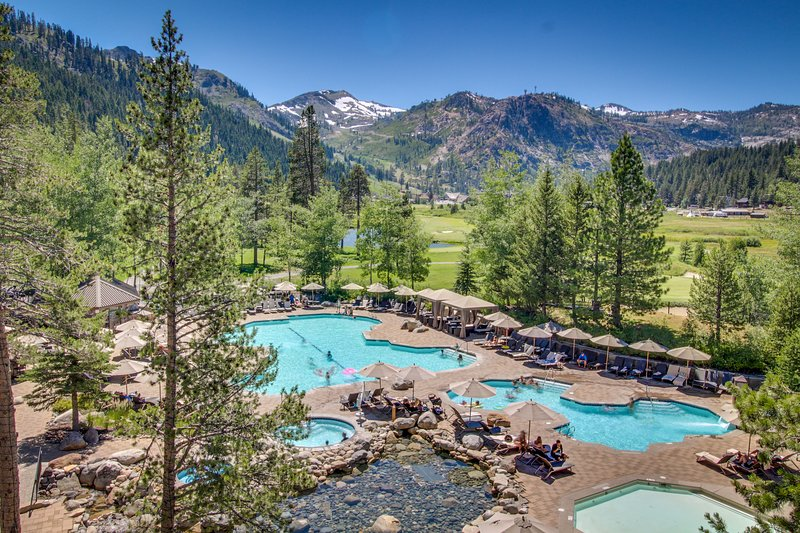 Luxury amenities, ski-in/ski-out, hot tubs, pool, and more! Family Friendly! Chalet in Squaw Valley