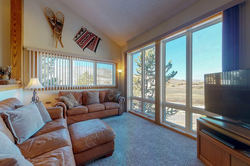 Ski-in/ski-out condo w/ mountain view & shared pool/tennis!, holiday rental in Hot Sulphur Springs
