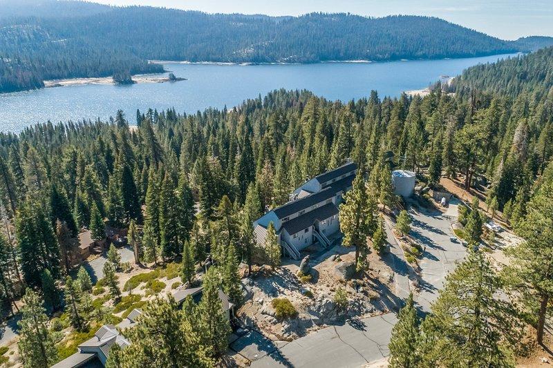 Lakeview condo w/loft, stone fireplace, decks, 3 miles from slopes, location de vacances à Lakeshore