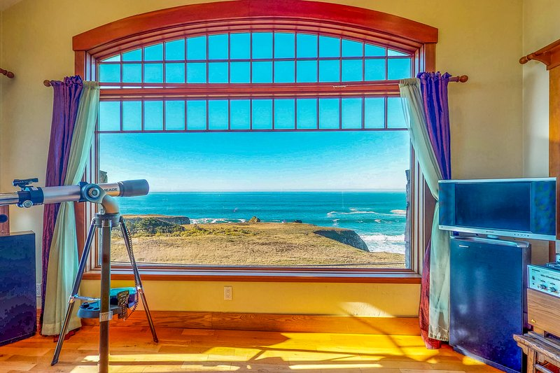 Ocean view home with free WiFi, jetted tub and close beach access!, holiday rental in Anchor Bay