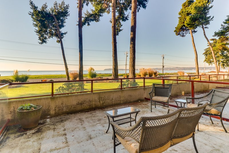 Updated condo right on the water with tremendous views!, location de vacances à Ferndale
